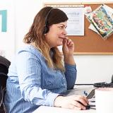 pracovnicka zakaznickej podpory TJ Legal pracujuca na pocitaci