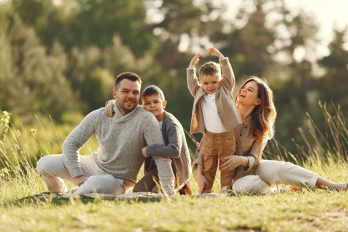 šťastná mladá rodina pobírá Kinderbetreuungsgeld