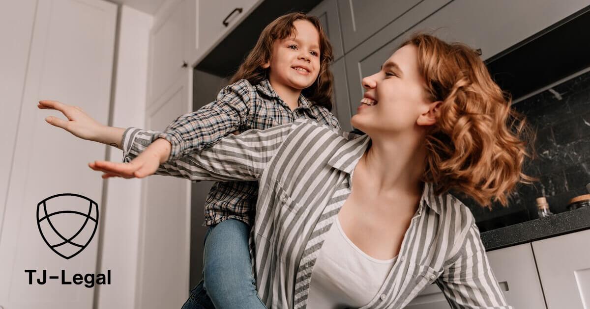 slobodná matka se hrá s dcerou