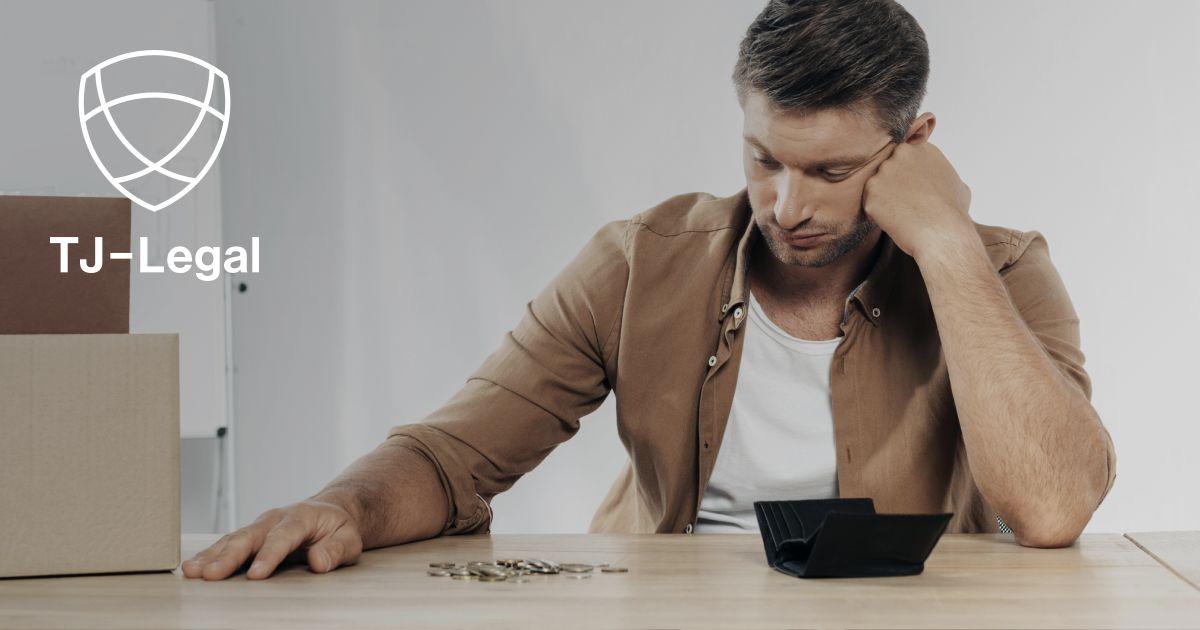 nezaměstnaný muž se dívá do prázdné peněženky